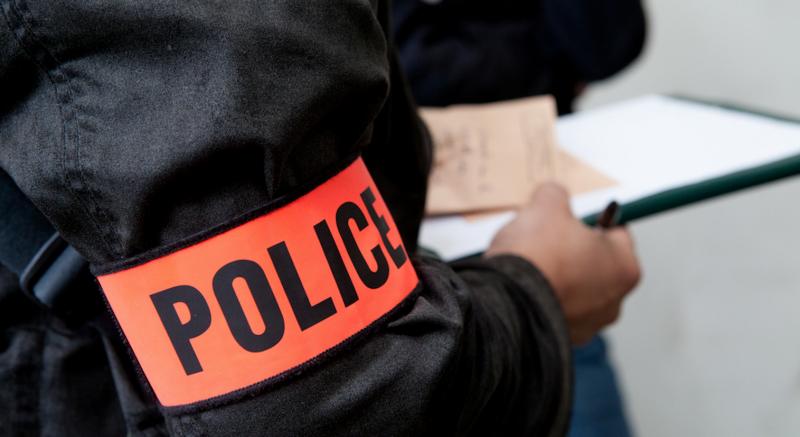 🇫🇷 Un déséquilibré armé d'un couteau fonce sur des policiers qui ouvrent alors le feu
