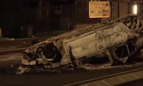 #Argenteuil 🇫🇷 «Mort aux porcs!» des policiers attaqués au mortier d'artifice pour empêcher les pompiers d'éteindre les voitures incendiées